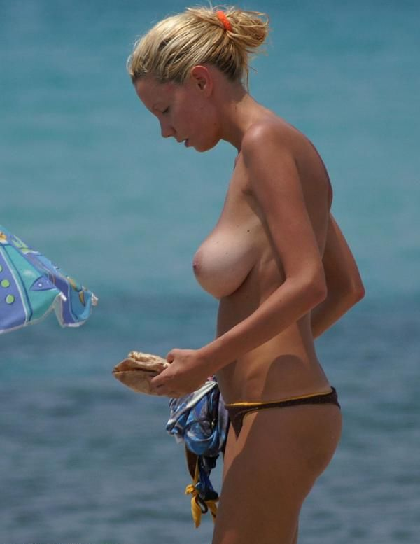 Big boobs blondy getting fucked at beach
