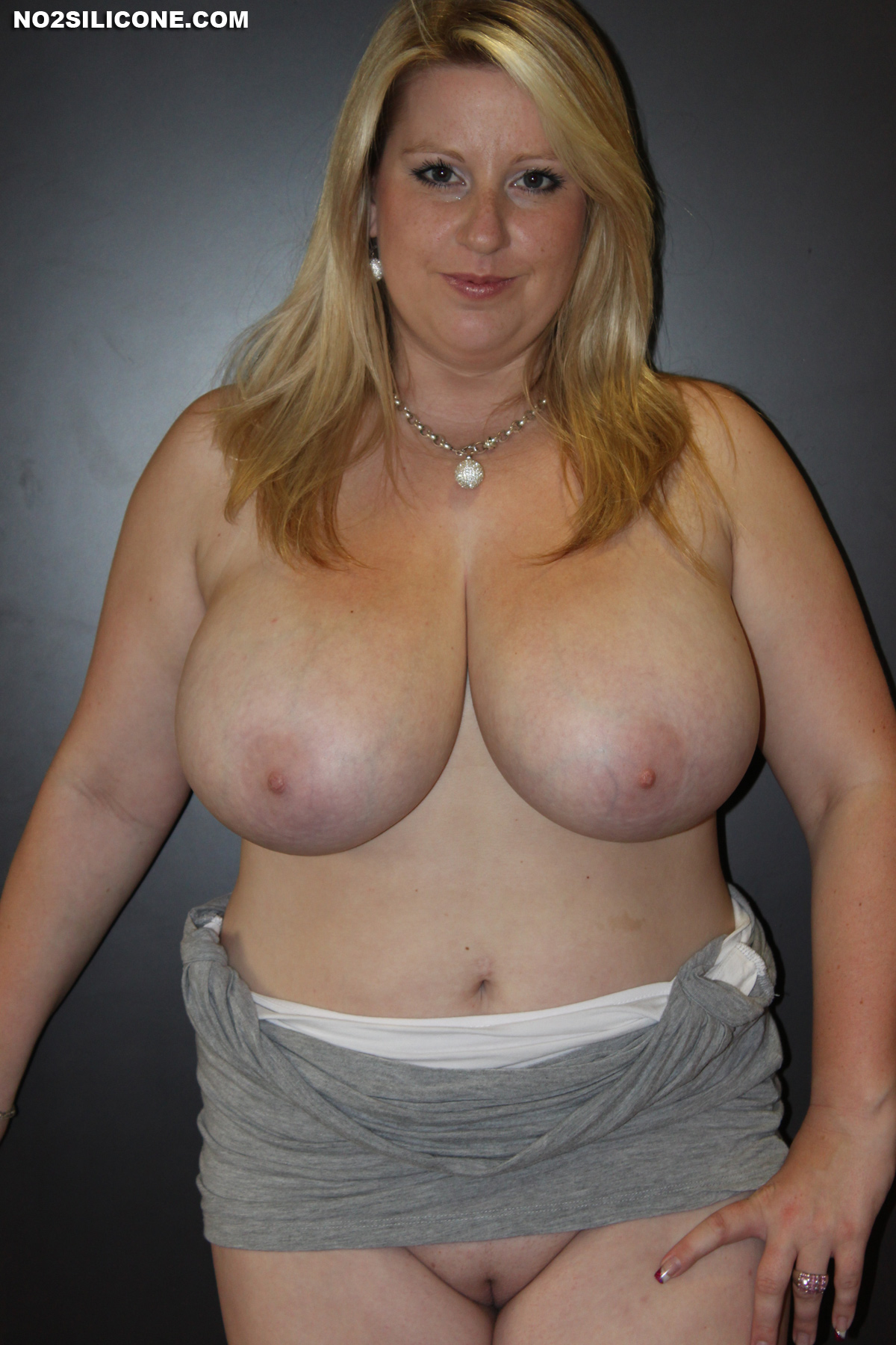 Natural big boobs jiggling