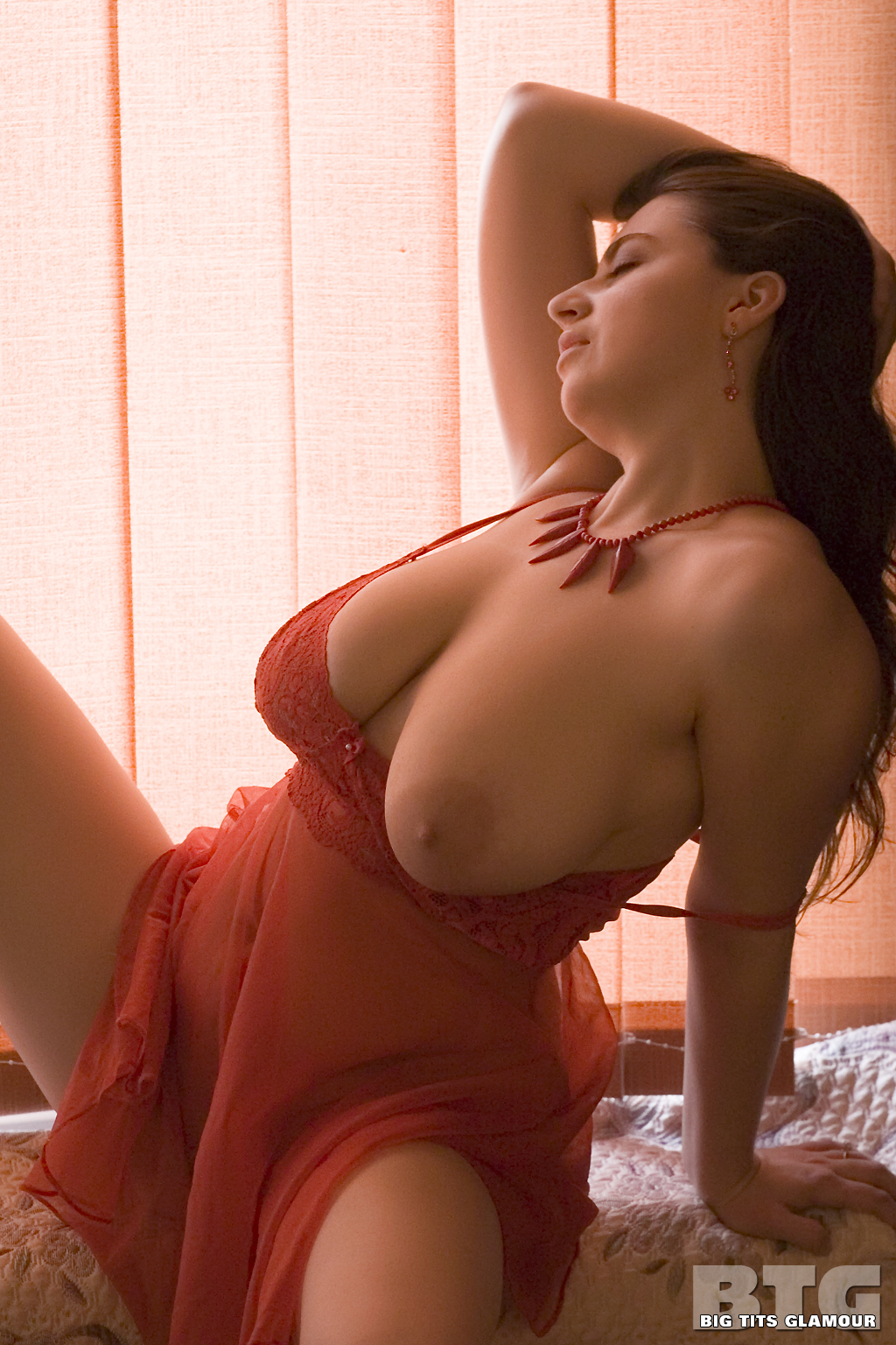 lynn-brown-super-busty-glamour-profiles-sexy-tits