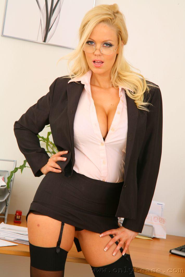 porno-video-sekretarsha-blondinka-v-strogom-kostyume